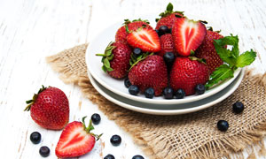 装在盘子里的草莓与蓝莓等高清图片
