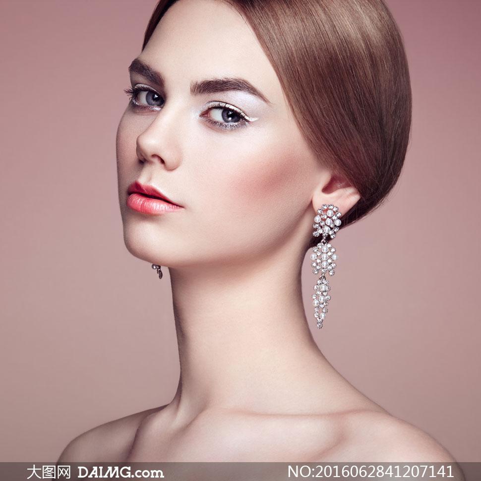 键 词: 高清大图图片素材摄影人物美女女人女性模特写真人像首饰饰品