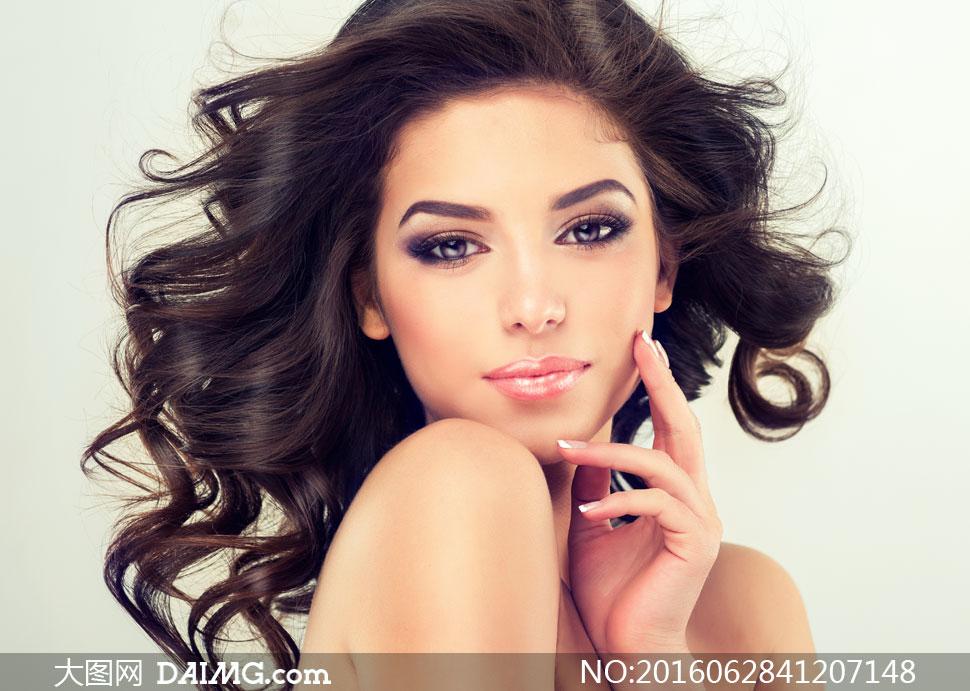 黑色披肩卷发妆容美女摄影高清图片