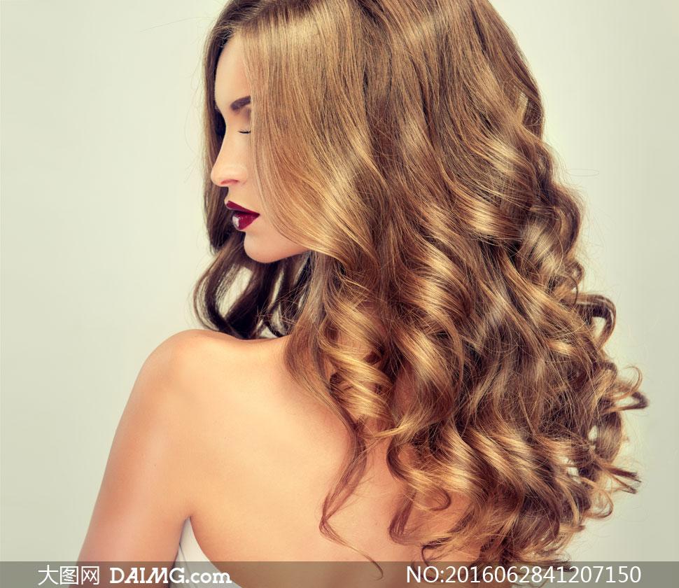 披肩卷发露背美女人物摄影高清图片