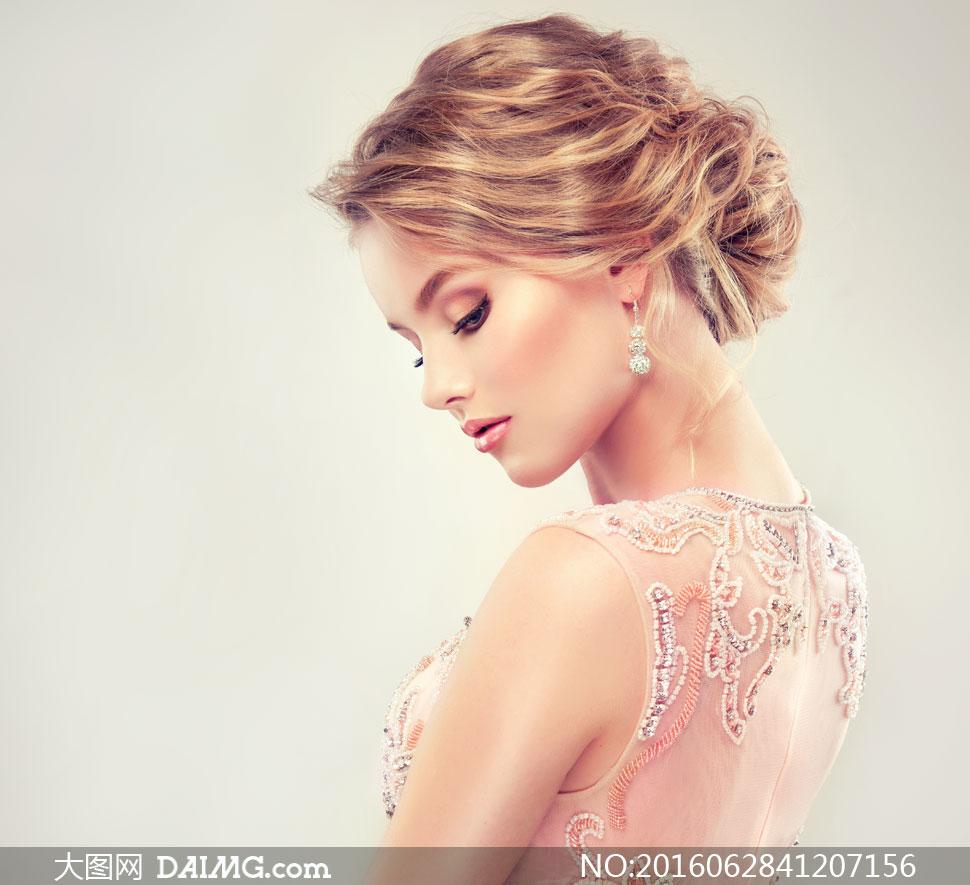 盘发美女模特人物侧面摄影高清图片