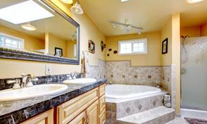 卫浴橱柜与镜框浴缸等摄影高清图片
