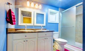 亮着灯的浴室内景陈设摄影高清图片