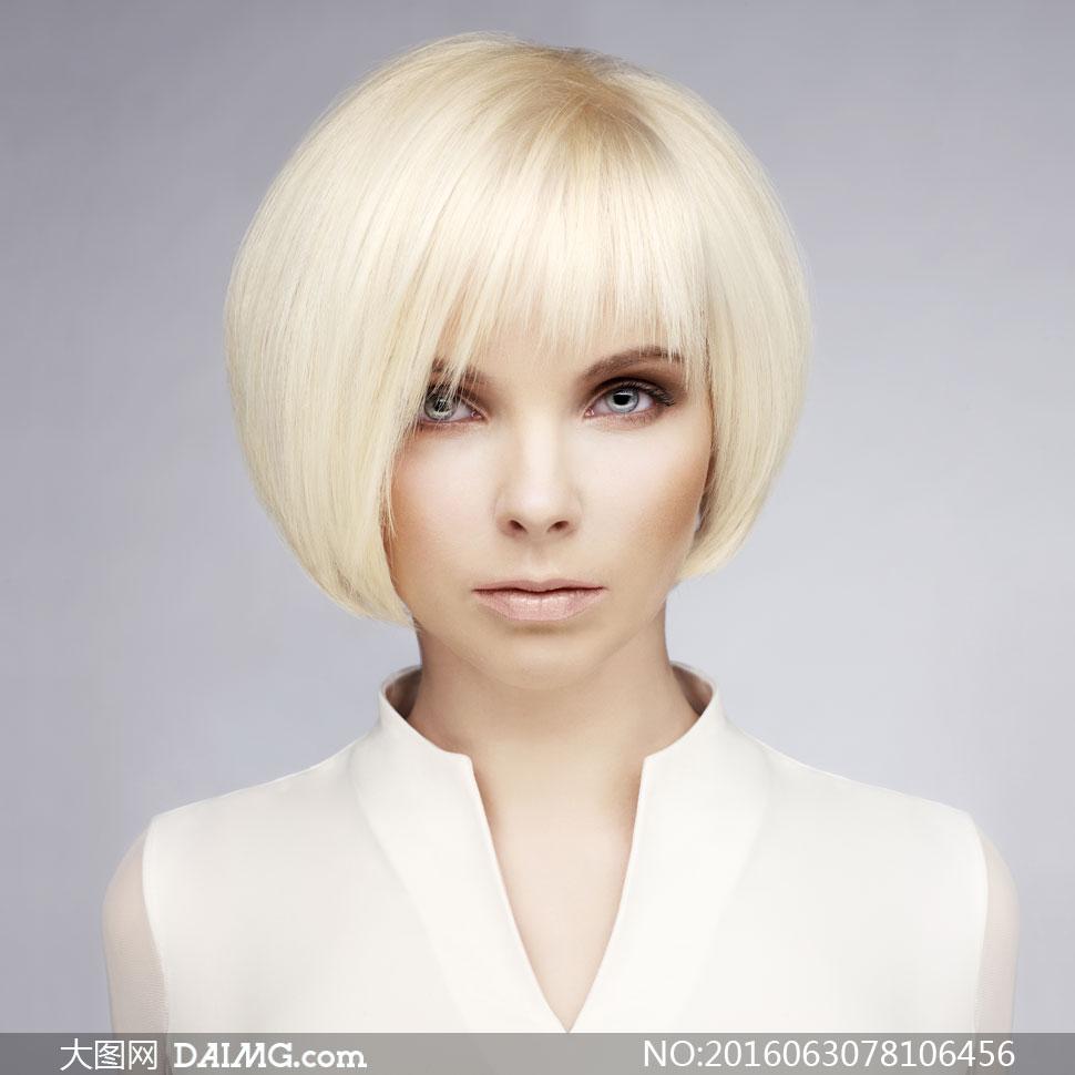 金色短发白色服装美女摄影高清图片