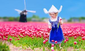 站在粉红花田前的女孩摄影高清图片