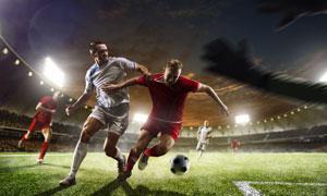 激烈争抢球权的足球运动员高清图片