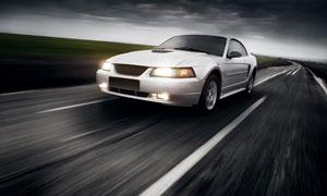 傍晚公路上的白色汽车摄影高清图片