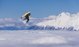 云海上的滑板滑雪人物摄影高清图片