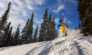 蓝天白云与滑雪的人物摄影高清图片