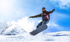 蓝天白云滑板滑雪运动人物高清图片