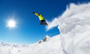 从高处滑下的运动人物摄影高清图片