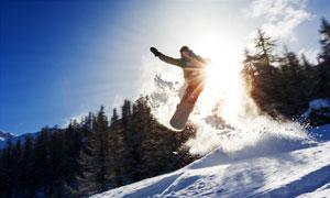 滑板滑雪运动人物逆光摄影高清图片