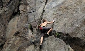 赤裸上半身攀岩的男子摄影高清图片