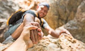 攀岩中的互助场景特写摄影高清图片