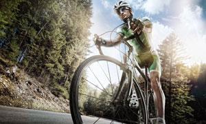 靠树林公路上的骑行者摄影高清图片