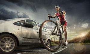 在路上被超车的骑行者摄影高清图片