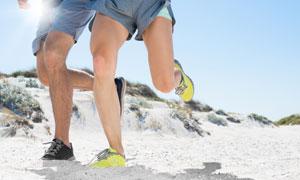 在户外一起跑步的男女摄影高清图片
