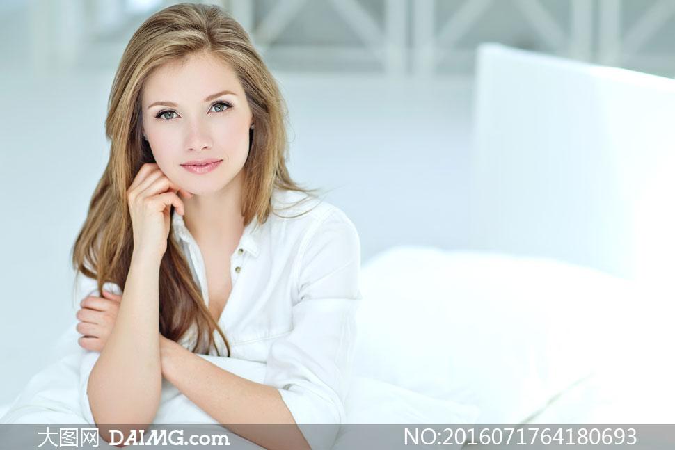 身穿白衬衫的长发美女摄影高清图片