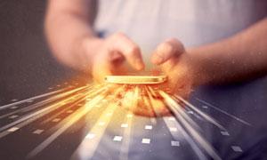 拿在双手里的手机创意设计高清图片