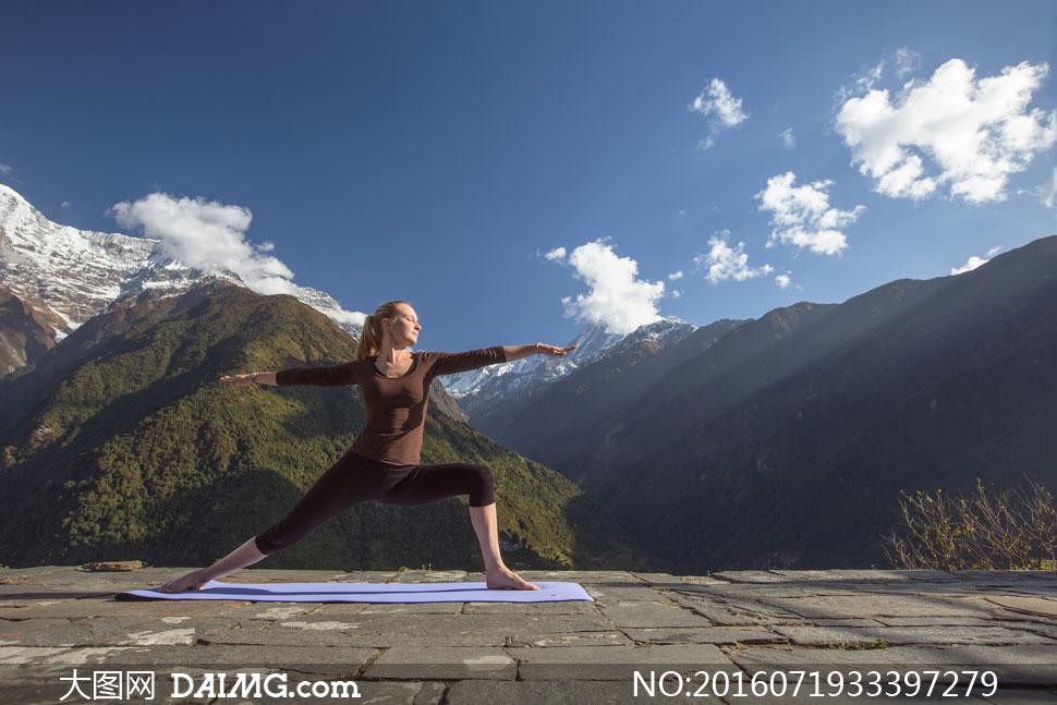 雪山瑜伽_美女雪山练瑜伽与空难擦肩而过_广东新闻
