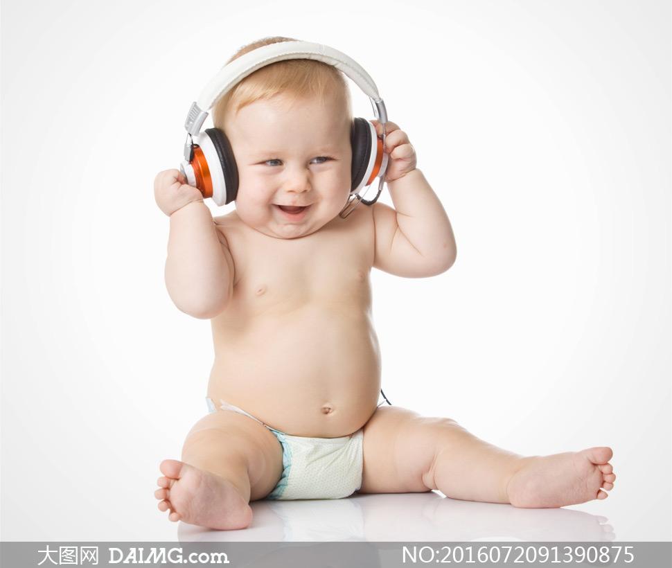 近景特写儿童宝宝小宝贝可爱小宝宝耳机纸尿裤胖嘟嘟