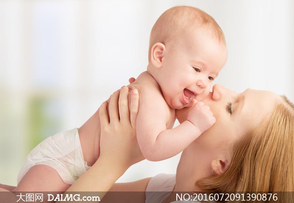 被妈妈抱起来的小可爱摄影高清图片