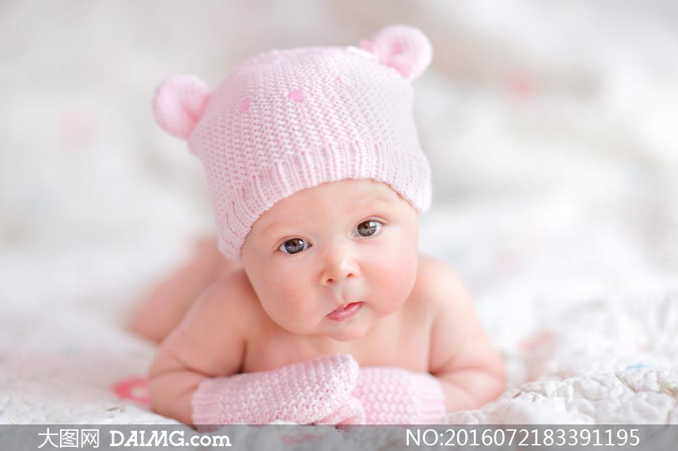 特写儿童宝宝小宝贝可爱小宝宝趴着手套帽子大眼睛