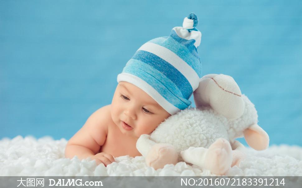 特写儿童宝宝小宝贝可爱小宝宝趴着毯子毛毯帽子蓝色