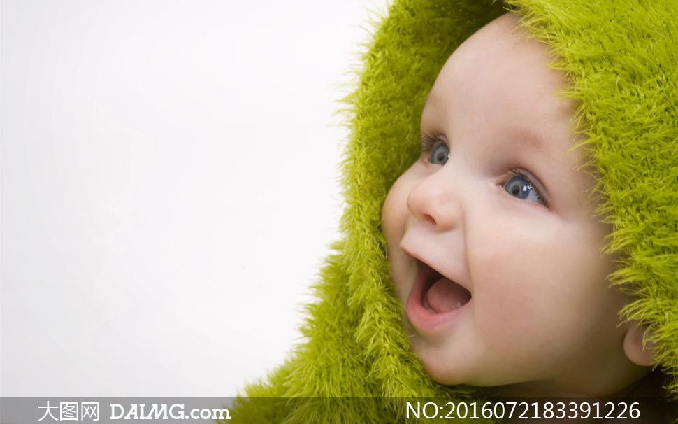 身上裹着围巾的小宝宝摄影高清图片