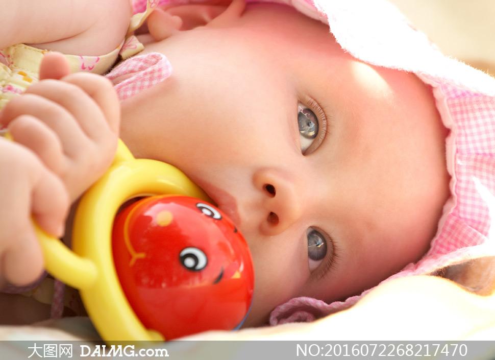 近景特写儿童宝宝小宝贝可爱小宝宝大眼睛玩具摇铃