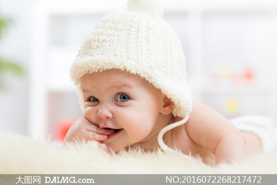 在咬着手指的可爱宝宝摄影高清图片