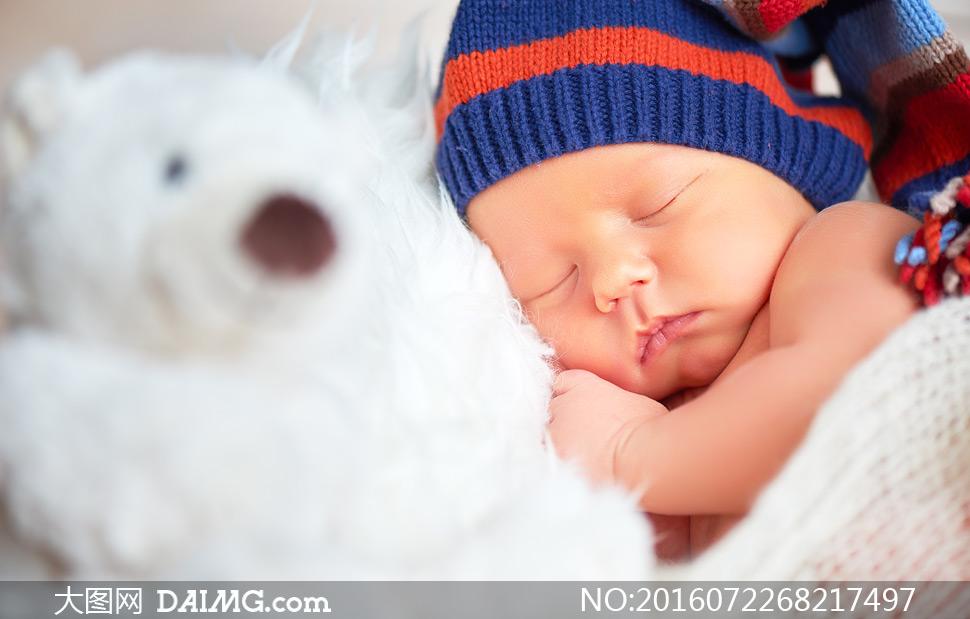 睡着筐里的可爱小宝宝摄影高清图片