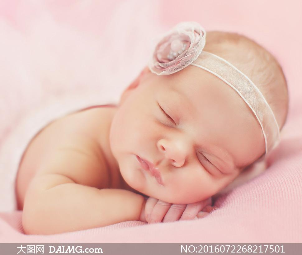 趴着睡觉的可爱女宝宝摄影高清图片