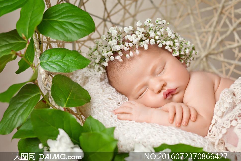 吊篮床里睡着的小宝宝摄影高清图片