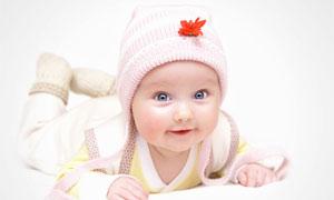 戴长尾巴帽子的女宝宝摄影高清图片