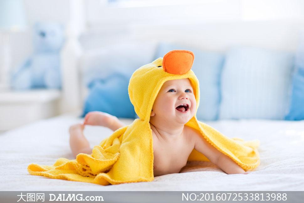 微距儿童宝宝小宝贝可爱小宝宝笑容开心快乐黄色趴着