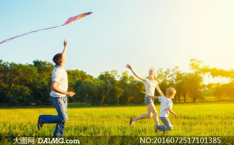 一起外出去放风筝的一家人高清图片
