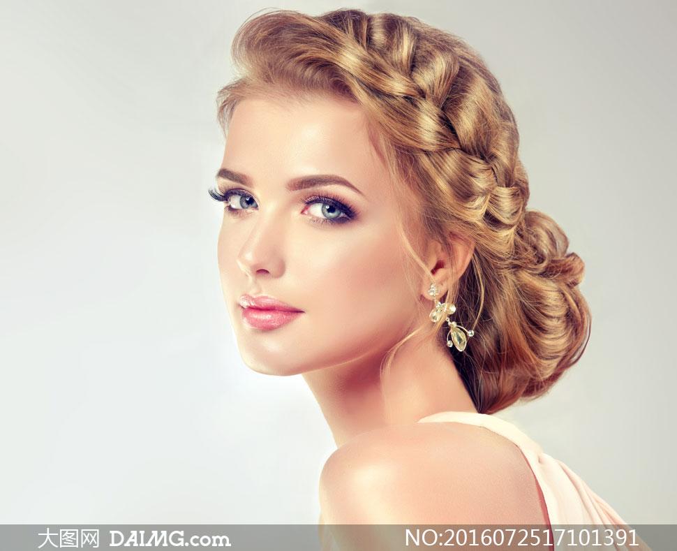 头发辫起来的盘发美女摄影高清图片