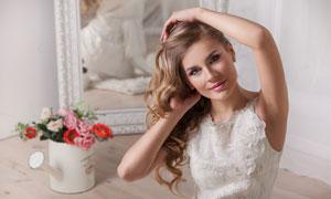 梳理着头发的美女新娘摄影高清图片
