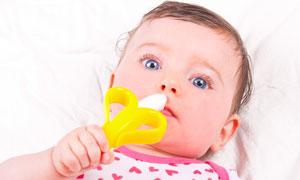 手里拿着牙胶的小宝宝摄影高清图片
