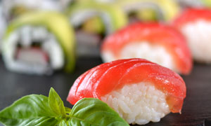 薄荷叶点缀的美味寿司摄影高清图片