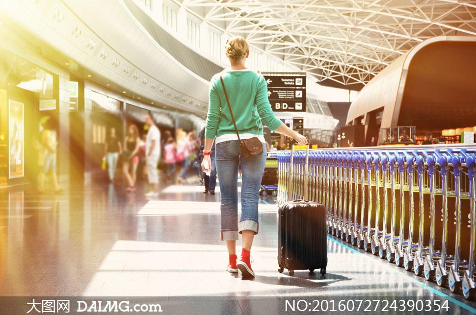 行李箱旅行箱拉杆箱人物背影背后挎包九分裤牛仔裤
