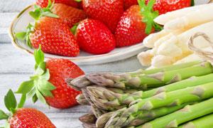新鲜的草莓与绿芦笋等摄影高清图片