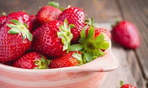 放在碗里的新鲜草莓等特写高清图片