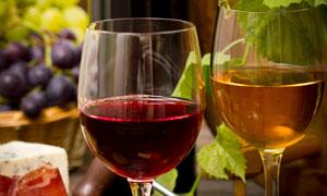 红酒杯与新鲜的葡萄等摄影高清图片