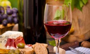 葡萄酒瓶与高脚杯食物摄影高清图片