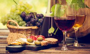 倒有葡萄酒的两只酒杯摄影高清图片
