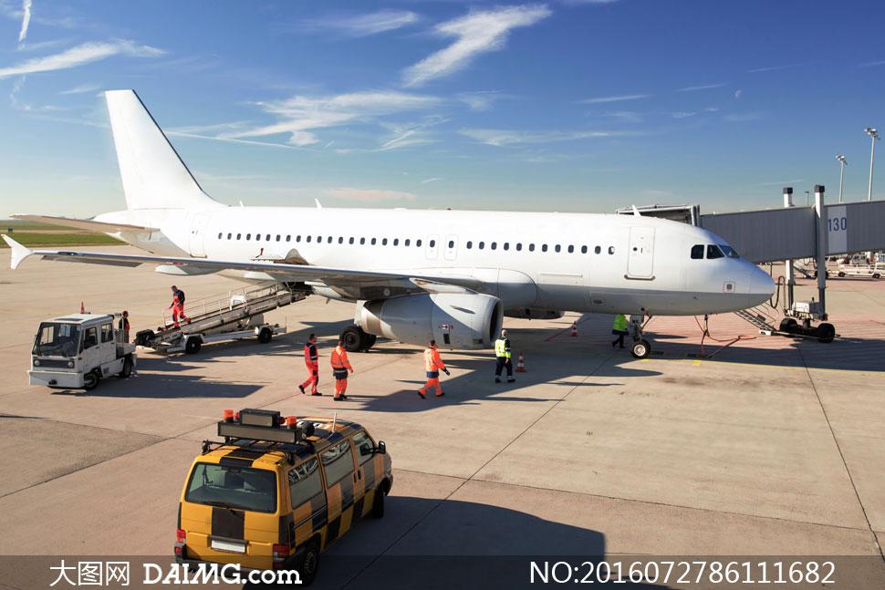 在执行维护作业的飞机摄影高清图片