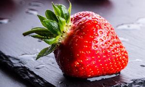 几枚新鲜草莓近景特写摄影高清图片