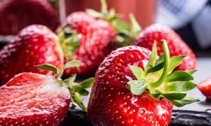 草莓果汁与新鲜的草莓摄影高清图片